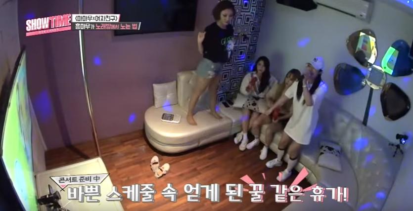 Exemple de <em>noraebang</em> (émission <em>ShowTime</em> avec MAMAMOO)