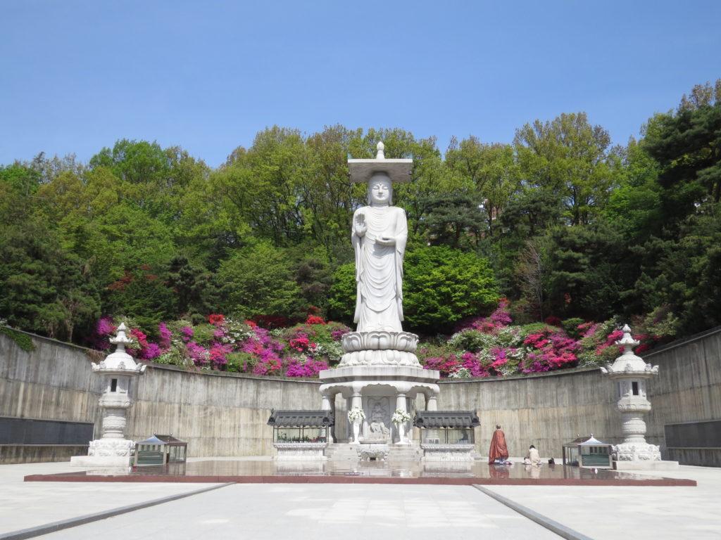 Statue de Maitreya, future Bouddha, devant l'espace de méditation.