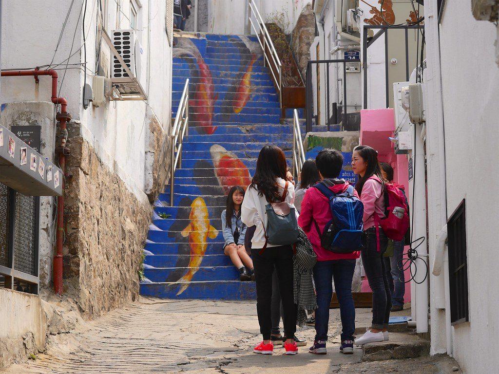 Personnes en face d'un escaliers peint, à iwha maeul à Séoul