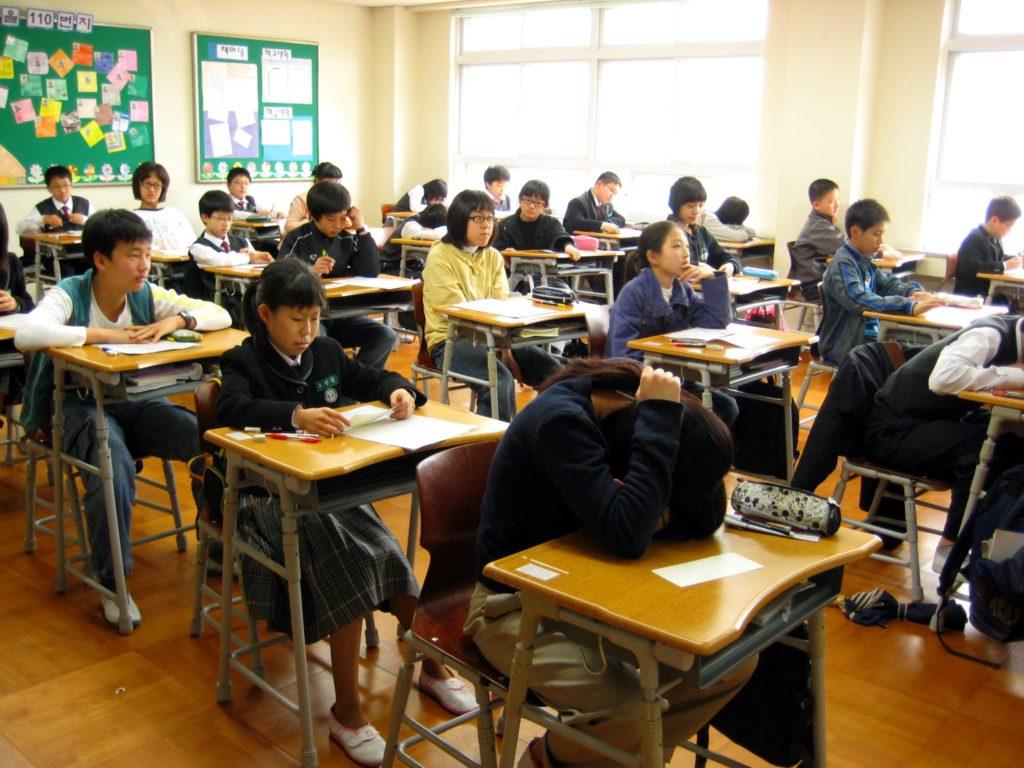 jeunes écoliers en classe, reflet de l'éducation coréenne