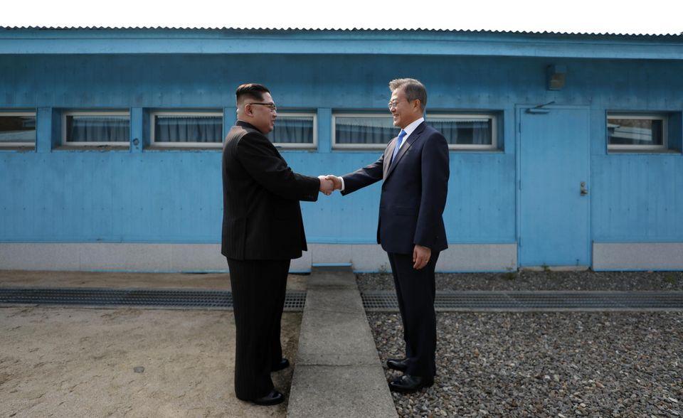 """Le président sud coréen Moon Jae In et le """"dirigeant suprême"""" nord-coréen Kim Jong Un"""