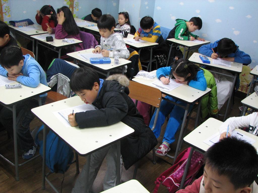 élèves en cours dans un hagwon
